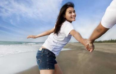 happy-asian-couple-running-on-the-beach