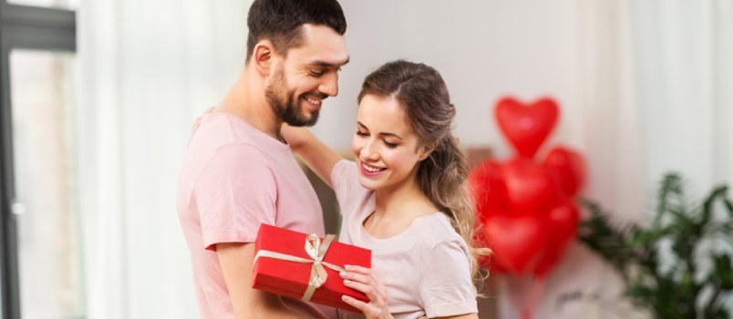 4 Powerful and Incredibly Symbolic 1st Anniversary Gift Ideas for Couples